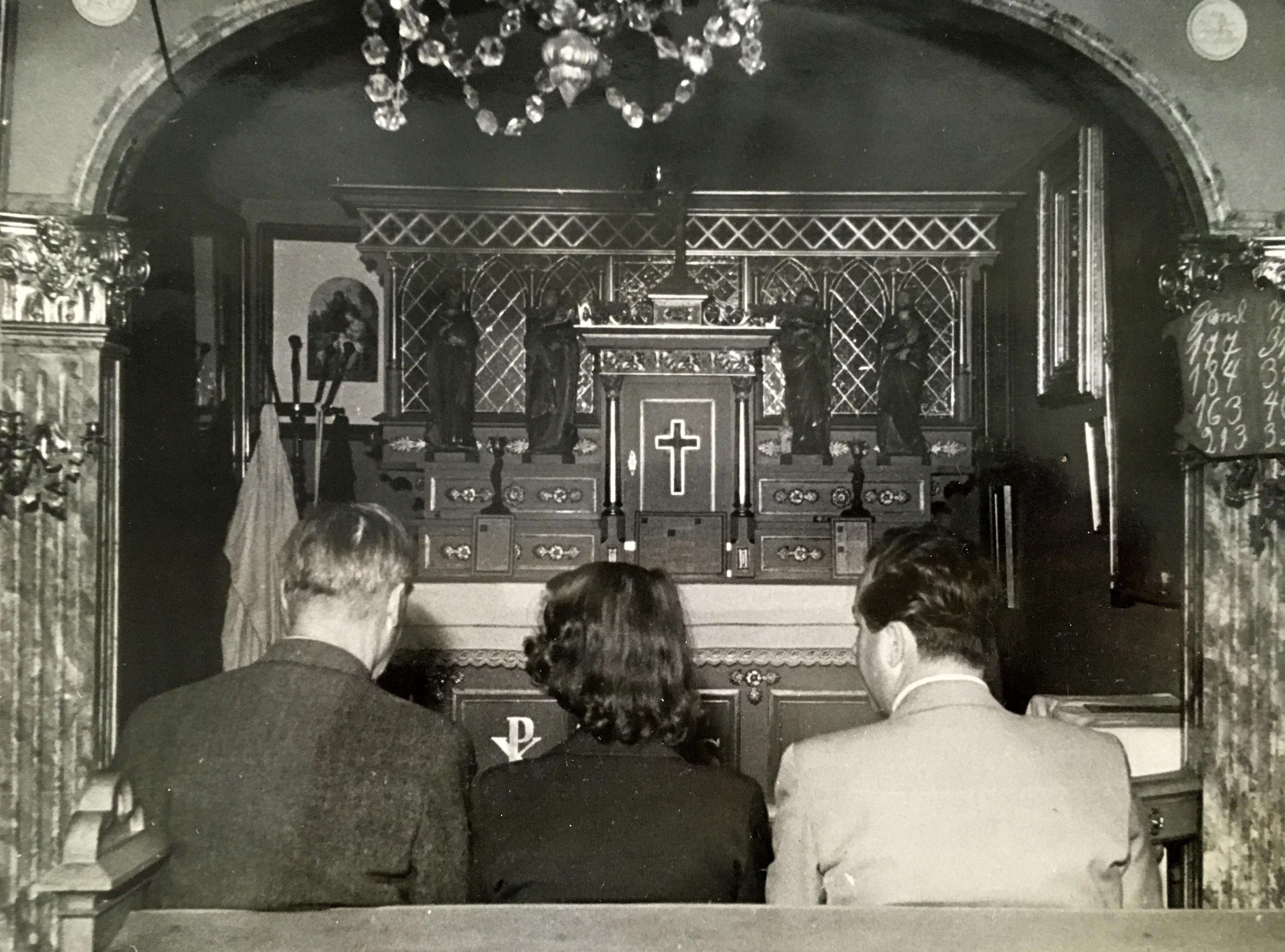 det-katolske-kapel-venstre-driftbestyrer-karl-schluter-illona-wieselmann-og-redaktoer-gunnar-buchwald-billede-er-fra-8-juli-1951